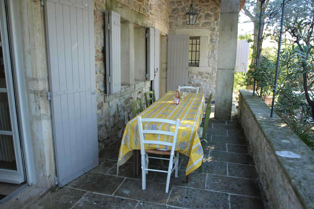 Maison Glanum outdoor dinning
